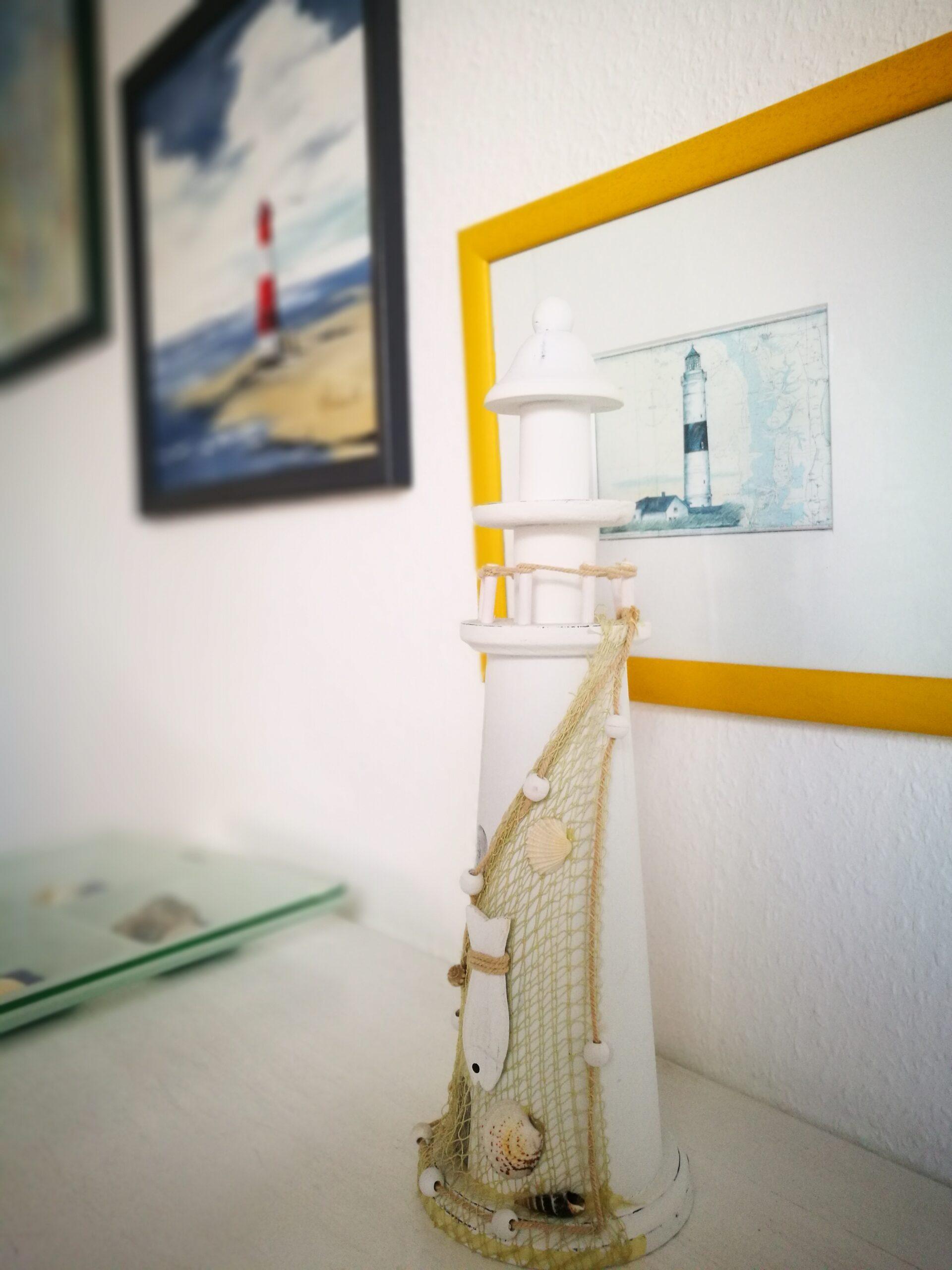 Ein weißer Deko-Leuchtturm