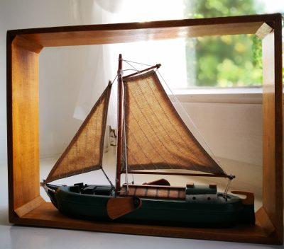Segelschiff als Dekoacessoire - Hotel Friesenhuus Greetsiel